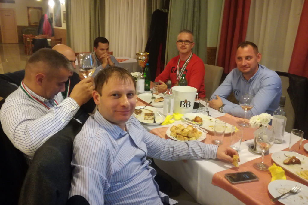A Profi Munkavédelem csapata, kiegészülve a Salakmenők csapatkapitányával, Fene Zoltánnal a kép előterében