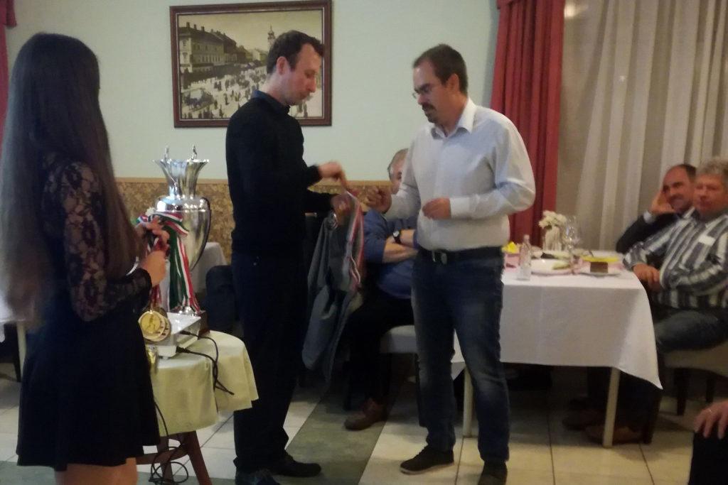 Benke Zoltán (jobbról) veszi át a Real Team TC III. bronzérmeit a főszervező Kollár Lászlótól